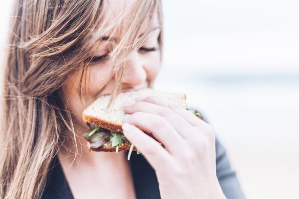 Obiad od profesjonalistów Chcąc żyć zdrowo nie musimy wcale poświęcać na to mnóstwa czasu. Naprzeciw naszym potrzebom wychodzą firmy, które profesjonalnie zajmują się cateringiem dietetycznym. To rozwiązanie dla zabieganych i dla tych, którzy nie lubią gotować, ale chcą jeść to, co pożywne i wartościowe. Dla osób, których interesuje dieta pudełkowa Warszawa stwarza wiele możliwości. To bogaty wybór jeśli chodzi o jadłospis. Wiele firm oferuje swoim klientom próbki jedzenia, aby mogli się przekonać czy menu jest smaczne. Część osób chce wyeliminować ze swojej diety pewne produkty na przykład mięso. Nic nie stoi na przeszkodzie, aby powiedzieć o swoich oczekiwaniach firmie cateringowej. To jadłospis dostosowany do naszych potrzeb. Będzie idealnie kiedy wszystko zostanie skonsultowane z dietetykiem. Dieta i sport = zdrowie Musimy pamiętać, że kiedy rezygnujemy z pewnych pokarmów to trzeba zastąpić je innymi o podobnych właściwościach odżywczych. Jeśli nie będziemy mieli żadnego substytutu dla mięsa to może to prowadzić do groźnych niedoborów. Każdy ma zupełnie indywidualne potrzeby i trzeba również brać pod uwagę stan swojego zdrowia. Klienci na ogół są zadowoleni, bo catering to dla nich szansa, żeby jeść regularnie posiłki wysokiej jakości przygotowane przez profesjonalistów. Osoby, które chcą w pełni o siebie zadbać powinny również pamiętać o aktywności fizycznej. Intensywny trening to priorytet, którego potrzebujemy każdego tygodnia. O korzyściach, jakie to przynosi można by było mówić bardzo długo, ale najlepiej jest przekonać się o zaletach sportu na własnej skórze. To przede wszystkim atrakcyjna sylwetka, jędrne ciało, dobre samopoczucie i mnóstwo energii do działania.